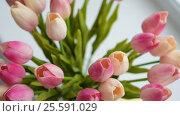Купить «Close-up of a bouquet of tulips on a light background», видеоролик № 25591029, снято 21 февраля 2017 г. (c) Сергей Кальсин / Фотобанк Лори