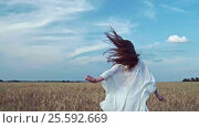 Купить «Happy young woman in a field», видеоролик № 25592669, снято 6 декабря 2016 г. (c) Raev Denis / Фотобанк Лори