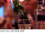 Наполняющийся бокал вином. Стоковое фото, фотограф Elena Kucherenko / Фотобанк Лори