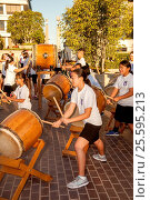 Japanese American students beat traditional Daion Tako drums to entertain participants in a breast cancer fun raising charity foot race in Newport Beach, CA. (2016 год). Редакционное фото, фотограф Spencer Grant / age Fotostock / Фотобанк Лори