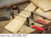 Купить «Струбцины, склеивание двух деревянных брусков», фото № 25596357, снято 21 февраля 2017 г. (c) Александр Романов / Фотобанк Лори