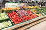 """Самара. Продажа свежих овощей и фруктов в сетевом гипермаркете """"Лента"""" в торговом центре """"Гудок"""", фото № 25607077, снято 2 января 2017 г. (c) FotograFF / Фотобанк Лори"""
