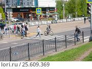 Купить «Люди переходят улицу по регулируемому пешеходному переходу, Москва», эксклюзивное фото № 25609369, снято 8 мая 2016 г. (c) Наталия Шевченко / Фотобанк Лори