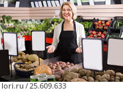 Portrait of smiling woman working in grocery. Стоковое фото, фотограф Яков Филимонов / Фотобанк Лори