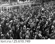 Купить «Detroit, Michigan: 1936 Part of the crowd of 100,000 union automobile workers gathered in Cadillac Square to demonstrate against court orders for the eviction...», фото № 25610749, снято 2 февраля 2017 г. (c) age Fotostock / Фотобанк Лори
