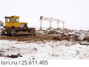 Купить «Бульдозер на строительной площадке», фото № 25611405, снято 12 февраля 2015 г. (c) Дмитрий Сакретарев / Фотобанк Лори