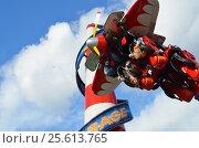 Купить «Молодые люди катаются вниз головой на аттракционе Air Race в парке Сокольники в Москве», эксклюзивное фото № 25613765, снято 1 октября 2016 г. (c) Наталья Горкина / Фотобанк Лори