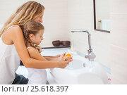 Купить «Мама с дочкой дома», фото № 25618397, снято 14 июня 2016 г. (c) Гладских Татьяна / Фотобанк Лори