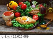 Купить «Хачапури, люля-кебаб, вино, салат, помидоры, перец, кинза, острый соус на деревянном столе», фото № 25625689, снято 30 мая 2015 г. (c) Марина Володько / Фотобанк Лори