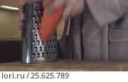 Купить «Housewife refines grated carrots in kitchen stock footage video», видеоролик № 25625789, снято 3 февраля 2017 г. (c) Юлия Машкова / Фотобанк Лори