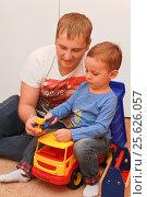 Купить «Маленький ребенок c отцом играют с конструктором», фото № 25626057, снято 5 сентября 2016 г. (c) Виктор Топорков / Фотобанк Лори