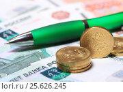Купить «Монеты, купюры и ручка», эксклюзивное фото № 25626245, снято 28 февраля 2017 г. (c) Яна Королёва / Фотобанк Лори