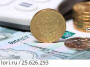 Купить «Монеты на купюре крупно», эксклюзивное фото № 25626293, снято 28 февраля 2017 г. (c) Яна Королёва / Фотобанк Лори