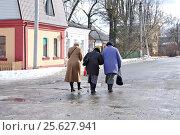 Купить «Малоярославец Калужской области. Три пожилые женщины идут по улице», эксклюзивное фото № 25627941, снято 25 февраля 2017 г. (c) Илюхина Наталья / Фотобанк Лори