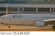 Купить «Airplane taxiing to the runway», видеоролик № 25638825, снято 26 ноября 2016 г. (c) Игорь Жоров / Фотобанк Лори