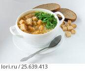 Гороховый суп в чашке, с сухариками и рубленой зеленью. Стоковое фото, фотограф Василий Мальцев / Фотобанк Лори