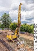 Купить «Сваебойная машина забивает сваи для нового моста», фото № 25640657, снято 31 июля 2015 г. (c) Евгений Ткачёв / Фотобанк Лори