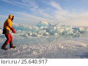 Купить «Турист идет вдоль торосов по льду Байкала зимой», фото № 25640917, снято 4 июня 2020 г. (c) Овчинникова Ирина / Фотобанк Лори