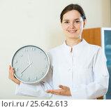 Купить «Female physician reminding about time of appointment», фото № 25642613, снято 27 июня 2019 г. (c) Яков Филимонов / Фотобанк Лори