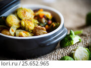 Купить «Brussels sprouts roasted with vegetables and beans», фото № 25652965, снято 3 марта 2017 г. (c) Peredniankina / Фотобанк Лори