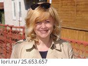 Купить «Улыбающаяся молодая женщина», эксклюзивное фото № 25653657, снято 6 мая 2015 г. (c) Юрий Морозов / Фотобанк Лори