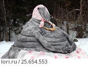 """Купить «Персонаж """"Ждун"""" из раскрашенного снега», фото № 25654553, снято 26 февраля 2017 г. (c) Данила Васильев / Фотобанк Лори"""