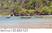 Купить «Традиционные тайские длиннохвостые моторные лодки — лонгтейлы (longtail boat). Королевство Таиланд. Провинция Краби, полуостров Рейли, пляж Рейли Вест (Railay West Beach)», видеоролик № 25663121, снято 4 марта 2017 г. (c) Владимир Сергеев / Фотобанк Лори