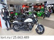 Купить «Мотоцикл Vulcan S в мотосалоне официального дилера Kawasaki», фото № 25663489, снято 22 февраля 2017 г. (c) Кекяляйнен Андрей / Фотобанк Лори