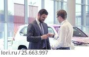 Купить «Seller gives the car keys», видеоролик № 25663997, снято 21 января 2020 г. (c) Raev Denis / Фотобанк Лори