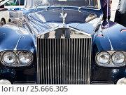 Купить «Капот старого раритетного английского автомобиля с эмблемой Роллс-Ройс. Выставка старинных автомобилей», фото № 25666305, снято 24 апреля 2016 г. (c) Parmenov Pavel / Фотобанк Лори