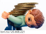 Купить «Игрушечный мужчина несет непосильную ношу из монет», фото № 25668221, снято 5 марта 2017 г. (c) Момотюк Сергей / Фотобанк Лори