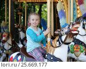 Купить «Маленькая девочка на карусели», фото № 25669177, снято 27 июля 2015 г. (c) Юлия Мальцева / Фотобанк Лори