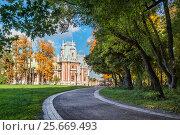 Купить «Москва. Дорожка в Царицыне. Path in Tsaritsyno», фото № 25669493, снято 1 октября 2016 г. (c) Baturina Yuliya / Фотобанк Лори