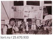 Купить «Весёлая студентка в неблагоустроенной комнате общежития института после заселения, Витебск, Беларусь», фото № 25670933, снято 24 мая 2019 г. (c) Ольга Коцюба / Фотобанк Лори