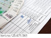 Белая зарплата. Платёжная ведомость и российские деньги лежат на столе. Стоковое фото, фотограф Игорь Низов / Фотобанк Лори