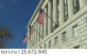 US National Flags on facade of US Department of Commerce (2017 год). Стоковое видео, видеограф Igor Vorobyov / Фотобанк Лори