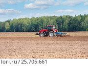 Купить «Трактор работает в поле», фото № 25705661, снято 19 августа 2016 г. (c) Икан Леонид / Фотобанк Лори