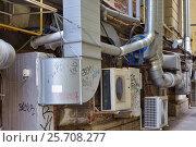 Купить «Системы вентиляции и кондиционирования на здании», эксклюзивное фото № 25708277, снято 7 марта 2017 г. (c) Александр Алексеев / Фотобанк Лори