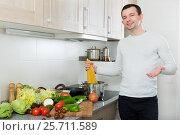 Купить «Handsome man cooks spaghetti», фото № 25711589, снято 23 июля 2019 г. (c) Яков Филимонов / Фотобанк Лори
