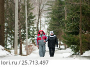Счастливая семья.Немолодые муж и жена идут по зимней дороге в парке (2017 год). Редакционное фото, фотограф Игорь Низов / Фотобанк Лори
