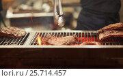Купить «Sprinkle the ribs with fragrant pepper. The closing stage is close-up.», видеоролик № 25714457, снято 6 марта 2017 г. (c) Mikhail Davidovich / Фотобанк Лори