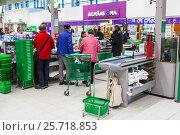 Покупатели стоят в очереди на кассу. Магазин Prisma в Лаппеенранте. Финляндия (2017 год). Редакционное фото, фотограф Кекяляйнен Андрей / Фотобанк Лори