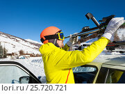 Купить «Male skier fastening skis to roof rails of car», фото № 25720721, снято 23 декабря 2016 г. (c) Сергей Новиков / Фотобанк Лори