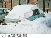 Старый автомобиль под снегом (2017 год). Редакционное фото, фотограф Евгений Талашов / Фотобанк Лори