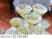 Pyramid of Champagne Glasses with Dry Ice. Стоковое фото, фотограф Алексей Суворов / Фотобанк Лори