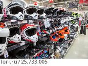 Шлемы для мотокросса на полках магазина (2017 год). Редакционное фото, фотограф Кекяляйнен Андрей / Фотобанк Лори