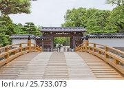 Купить «Мост Итинобаси и ворота Отэмон (Главные) замка Вакаяма, Япония. Ворота возведены в 1585 г., разрушены в 1909 г., реконструированы в 1982 г.», фото № 25733073, снято 24 июля 2016 г. (c) Иван Марчук / Фотобанк Лори