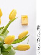Tulips and gift. Стоковое фото, фотограф Юлия Младич / Фотобанк Лори