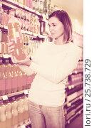 Купить «Girl customer looking for refreshing beverages», фото № 25738729, снято 23 ноября 2016 г. (c) Яков Филимонов / Фотобанк Лори