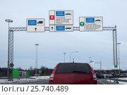 Легковой автомобиль стоит в очереди на российско-финской границе в зимнее время года. Стоковое фото, фотограф Кекяляйнен Андрей / Фотобанк Лори